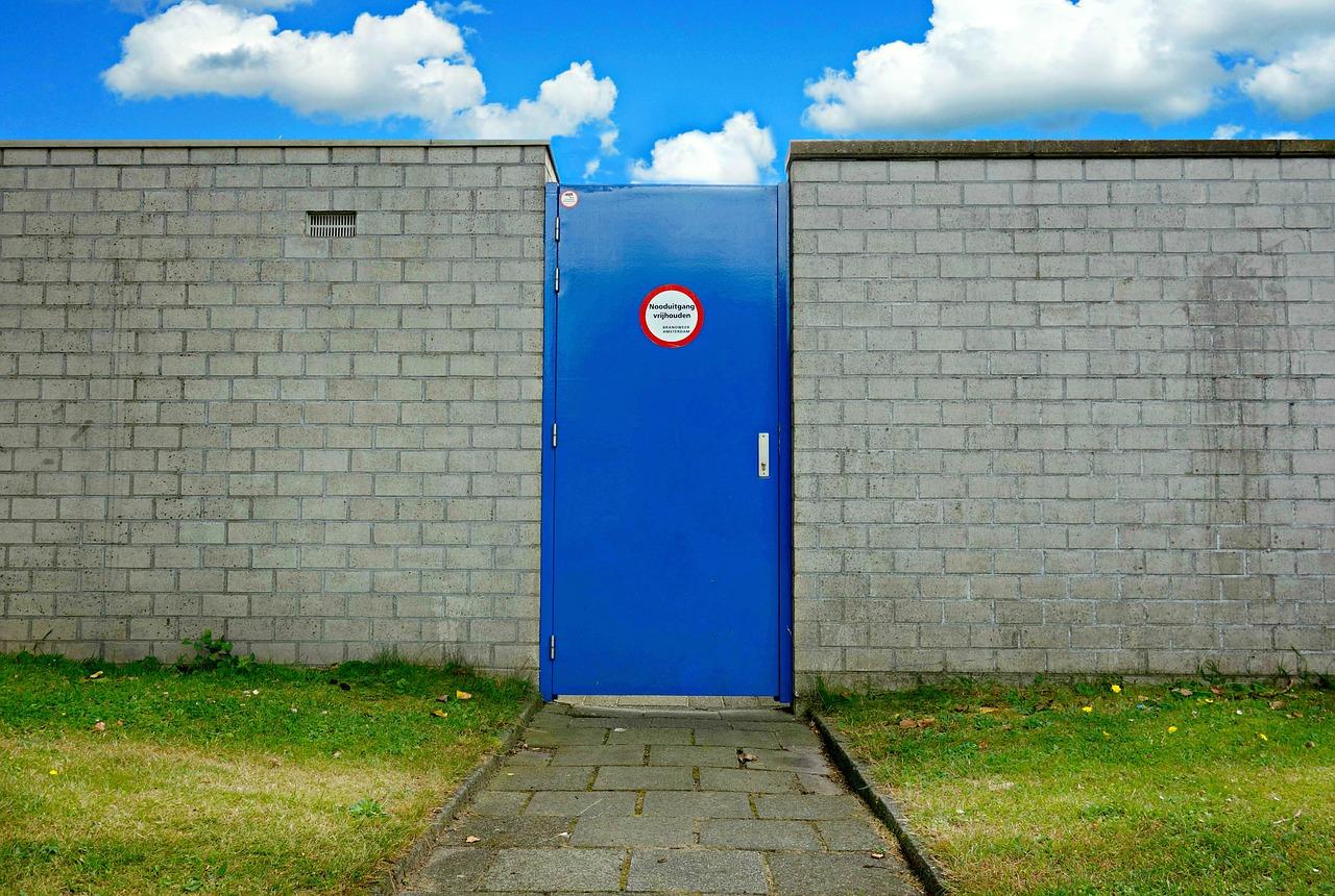 Comment isoler une porte de service ?